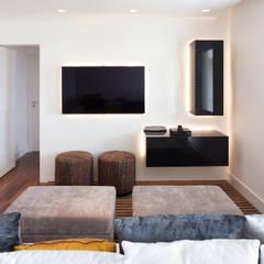 Sala sem rack: Salas de estar  por C2HA Arquitetos