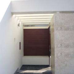 Casa Alba: Pasillos y recibidores de estilo  por H+Arquitectos