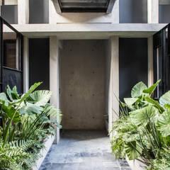 Pasillo de desarrollo Coahuila 59, Roma Norte: Pasillos y recibidores de estilo  por Contexto Arquitectos