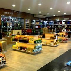 Vinoteca Humberto Lobo : Oficinas y tiendas de estilo  por Sondero29