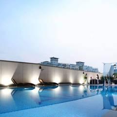 4F Swimming-pool: 피투엔디자인  _____  p to n design의  호텔