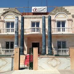 Añadimos columnas en la entrada: Casas de estilo  de Construcciones en Badajoz Pedro Flecha