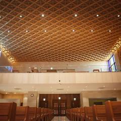 Daejeon Wonshinheung-dong Catholic Church: 피투엔디자인  _____  p to n design의  행사장,모던