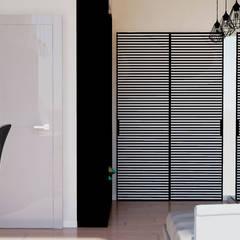 Современный минимализм: Гардеробные в . Автор – дизайн студия Manhattan