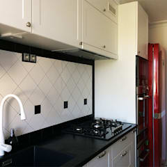 Kuchnia z czerwoną lodówką: styl , w kategorii Kuchnia na wymiar zaprojektowany przez INNA - Manufaktura Wnętrz