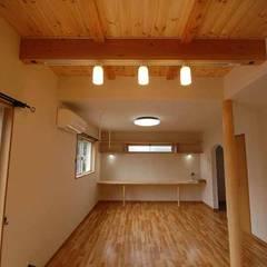 福岡市東区注文住宅・無垢材の家・㈱清武建設一級建築士事務所: Home Plan Kiyotake 一級建築士事務所 ㈱清武建設  が手掛けたリビングです。,カントリー 無垢材 多色