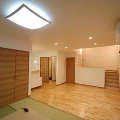 福岡市東区注文住宅・中二階・スキップフロアー㈱清武建設一級建築士事務所: Home Plan Kiyotake 一級建築士事務所 ㈱清武建設  が手掛けたリビングです。,カントリー 無垢材 多色