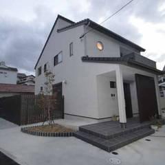 Jardines en la fachada de estilo  por Home Plan Kiyotake 一級建築士事務所 ㈱清武建設