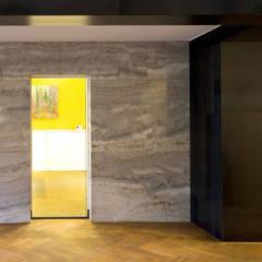 Mooie combinatie van wit marmer met warmgewalst stalen wandbekleding:  Kantoorgebouwen door Denk Ruim Over Interieur