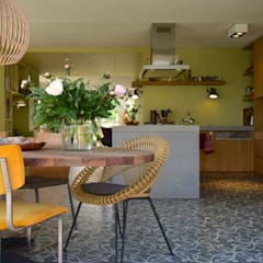 Interieur hoekwoning met maatwerk keuken Groningen:  Eetkamer door Denk Ruim Over Interieur