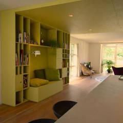 doorkijk vanaf kookeiland op maatwerk kast als roomdivider tussen woonkamer en woonkeuken woonkamer door denk