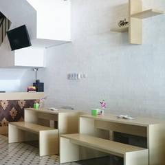 Restoran Ayam Kluruk: Restoran oleh Equator.Architect,