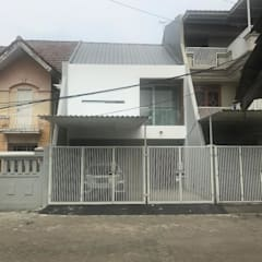Vicky's House in Taman Palem:  Rumah by Equator.Architect