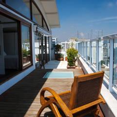Eclectic style balcony, veranda & terrace by C2HA Arquitetos Eclectic
