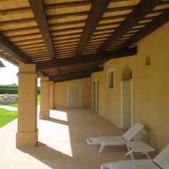 Vista del portico.: Case in stile  di Studio tecnico Salvetti