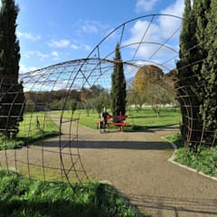 Tonnelles et pergolas: Jardin de style  par FRANCIS BENINCA