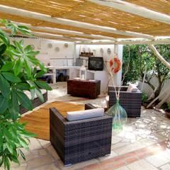 Jardines en la fachada de estilo  por Silvia Cubeddu architetto