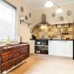 Cozinhas embutidas  por Silvia Cubeddu architetto