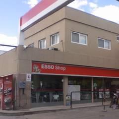 Estación de Combustibles, Oficinas Administrativas y Local Comercial en Acceso Oeste: Casas de estilo  por Arq. Fernando Rodriguez & Asociados