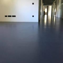 Mineralische Bodenbeschichtung mit Epoxidharzversiegelung:  Bürogebäude von Schmidt GmbH