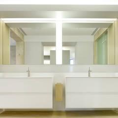 ShinTien Residence 新店住宅:  浴室 by  何侯設計   Ho + Hou Studio Architects ,