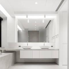 梁宅 Liang Residence:  浴室 by  何侯設計   Ho + Hou Studio Architects