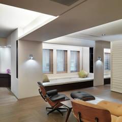 樓中樓住宅 Duplex Residence:  視聽室 by  何侯設計   Ho + Hou Studio Architects ,