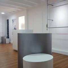 NINA AND NINA: Oficinas y Tiendas de estilo  por aggeggio