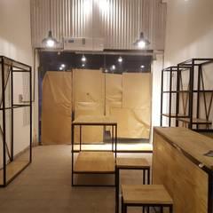 EL CLAN CORRIENTES: Oficinas y Tiendas de estilo  por aggeggio