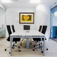 CÁLIDA BIENVENIDA  : Oficinas de estilo  por KEVIN MENDIZÁBAL