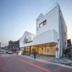 Condominios de estilo  por (주)건축사사무소 더함 / ThEPLus Architects, Moderno