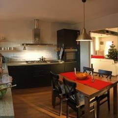 Cocina Negro Mate: Cocinas de estilo  de Mira Cocinas, S.C.