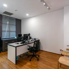 Thiết kế thi công nội thất văn phòng (V6):  Văn phòng & cửa hàng by Dandelion Design Construction