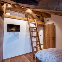 Casa Maloja: Camera da letto in stile  di BEARprogetti - Architetto Enrico Bellotti