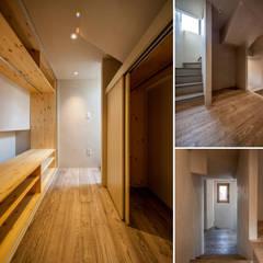 천연동 협소주택 [틈]: (주)건축사사무소 더함 / ThEPLus Architects의  드레스 룸