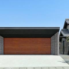 garden house with garage: 株式会社moKA建築工房が手掛けたガレージです。,モダン