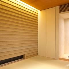 タイルと土とアートと暮らす家: 株式会社moKA建築工房が手掛けた和室です。,モダン