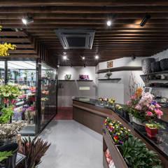 覚王山の花屋: 株式会社moKA建築工房が手掛けたサンルームです。