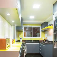 Cocinas pequeñas de estilo  por C2HA Arquitetos