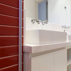 Banheiro da Suite: Banheiros  por C2HA Arquitetos