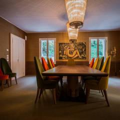 ...in stanze dal carattere deciso.: Sala da pranzo in stile  di DEODARA