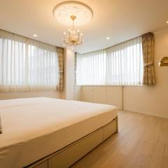 華やかさとエレガンスを備えた上質なヨーロピアンテイストの住まい: QUALIAが手掛けた寝室です。,
