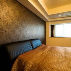 鳥や植物が美しいハンドメイドの壁紙と紗綾形文様の扉で彩られたシノワズリーの空間: QUALIAが手掛けた寝室です。,