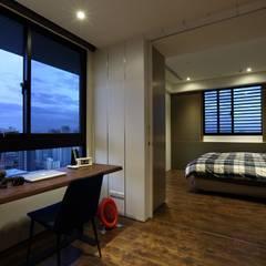鳳凰會:  臥室 by 雅群空間設計