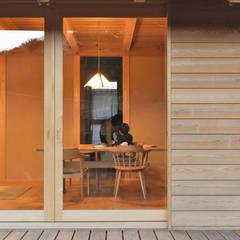 岐阜の石場建て: 水野設計室が手掛けたドアです。,和風