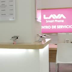 Iluminación de stand: Oficinas y tiendas de estilo  por emARTquitectura