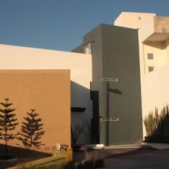 Fachada 1: Casas unifamiliares de estilo  por emARTquitectura