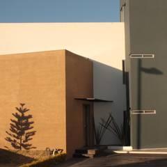 Entrada principal: Casas unifamiliares de estilo  por emARTquitectura