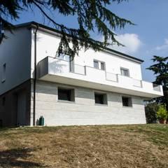 Ristrutturazione e riqualifica energetica in classe A di una casa anni 60': Casa di campagna in stile  di marcellorissoarchitetto