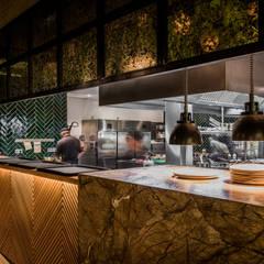 RESTAURANTE BREATHE BANUS, MARBELLA: Locales gastronómicos de estilo  de G&J ARQUITECTURA